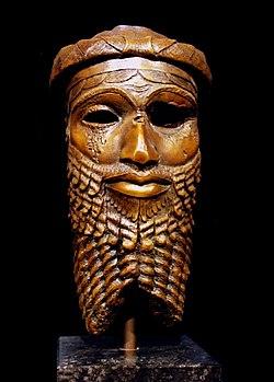 Бронзовая голова аккадского правителя, обнаруженная в Ниневии в 1931 году, предположительно изображает либо Саргона, либо, что более вероятно, внука Саргона Нарам-Сина. [1]  Репродукция в Музее Ремера и Пелицея в Хильдесхайме, оригинал из Национального музея Ирака, утерянный во время грабежей 2003 года. [2] [1]