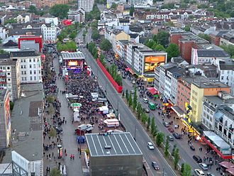 Reeperbahn - Reeperbahn (right) passing Spielbudenplatz