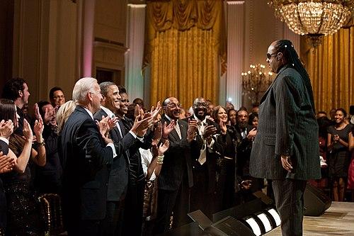 2011年にホワイトハウスのイーストルームでスタンディングオベーションを受けるスティーヴィー・ワンダー。Wikipediaより