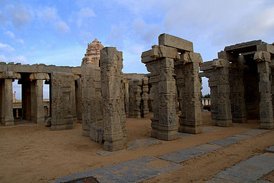 Stone Pillars carved, Lepakshi.jpg