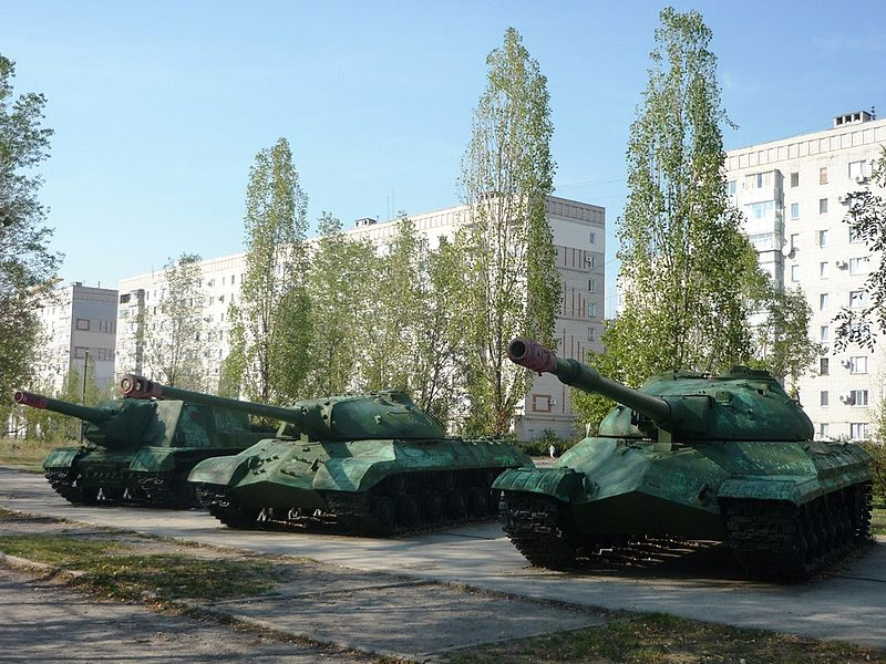 Attēls:Tanks on the alley of Glory, Komsomolsk.JPG
