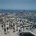 Tel Aviv Zonnebaders en bezoekers aan het openluchtzwembad op de boulevard, Bestanddeelnr 255-9301.jpg