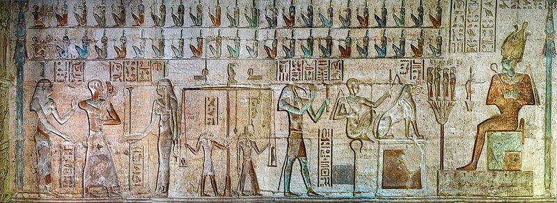 """Relief im Innenraum des Hathor-Tempels von Deir el-Medina (""""Kloster der Stadt""""), altägyptisch Set Maat (""""Platz der Wahrheit""""), in Theben-West bei Luxor, Ägypten, Wikimedia Commons, Foto: Ralf Roleček"""