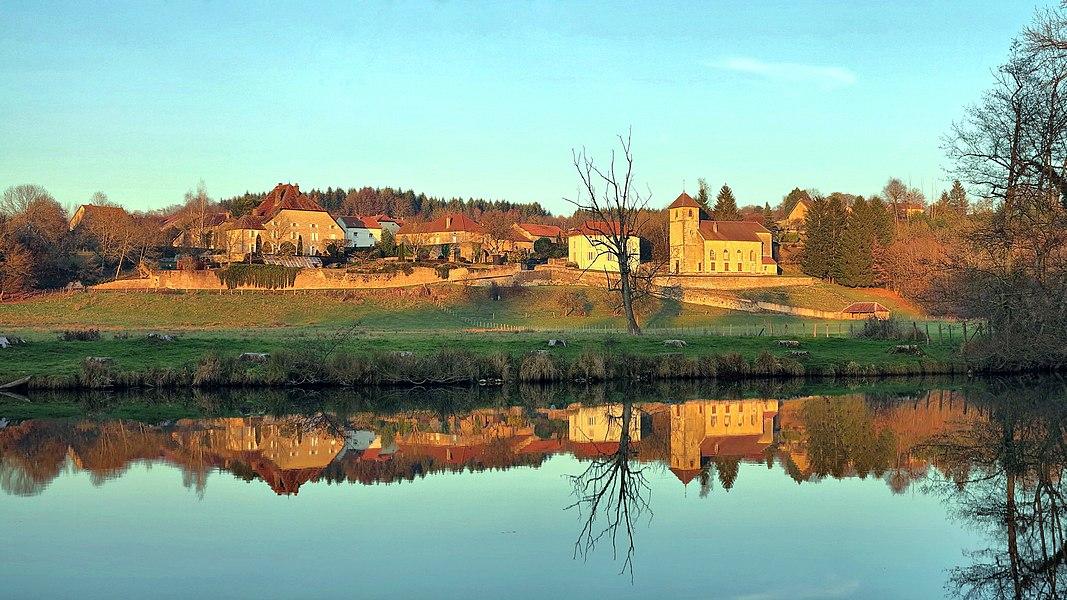 Le bourg de Thiénans et son reflet sur l'Ognon
