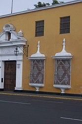 Vista de uno de los lados de la plaza de Armas de Trujillo con detalle de las rejas