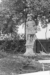 Tuinbeeld van Mars op Lodewijk XV-voetstuk.