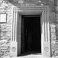"""Ușa cu ancadrament de piatră a bisericii """"Nașterea Maicii Domnului"""" a mânăstirii Hadâmbu, județul Iași.jpg"""