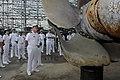Marinha dos Estados Unidos 100.826-N-7478G-235 Capt. Rudy Lupton examina a hélice dobrada de ROKS Cheonan (CCP 772) .jpg