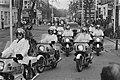 Uitvaart van de j.l. zaterdag doodgeschoten hoofdagent W. Schepen de stoet wer, Bestanddeelnr 933-2306.jpg