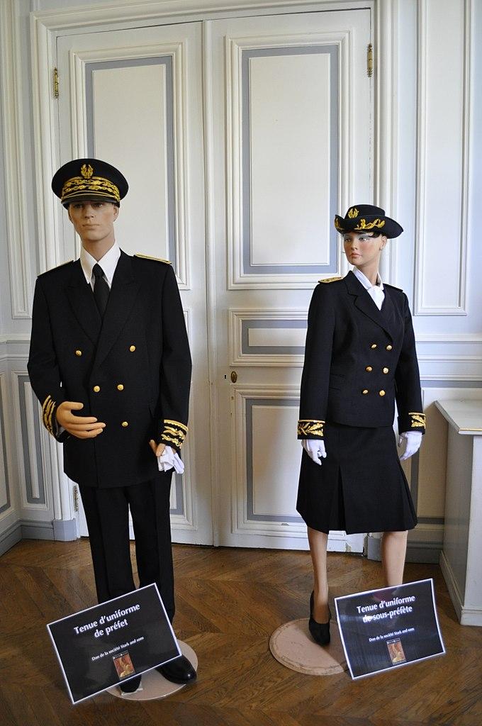Tenue d'un uniforme de préfet et de sous-préfète à l'hôtel de Beauvau