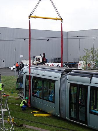 Valenciennes & Anzin - Déraillement de la rame de tramway n° 17 à la sortie du dépôt de Saint-Waast le 11 avril 2014 (036).JPG