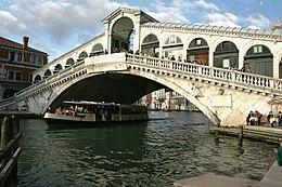 Rialtobrücke mit Geschäften. Sie ersetzte eine Holzbrücke und überspannt 28 m; gegründet auf 12.000 Eichenstämmen wurde sie 1588-91 erbaut (Entwurf: Antonio da Ponte)