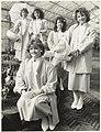 Vijf Haarlemse Bloemenmeisjes in een kas op de Keukenhof. NL-HlmNHA 54023378.JPG