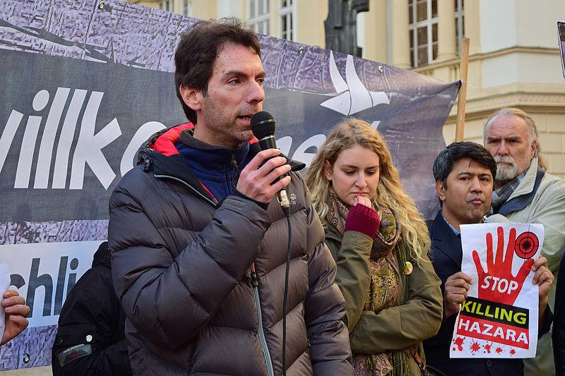 File:Wien - Demo Lasst die Grenzen offen - Nein zu Zäunen Mauern und Festung Europa - Alexander Pollak (SOS Mitmensch).jpg
