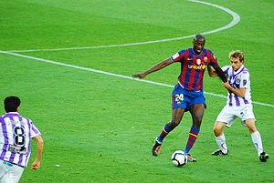 Yaya Toure protegiendo el balon