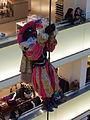 Zwarte Pieten in de Bijenkorf te Amsterdam pic11.JPG