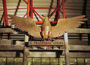 A águia à porta do Estádio da Luz