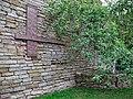 Памятник и яблоня возле расстрельной стенки.JPG
