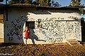 מרינה מציצה לביתו המיתולוגי של הגנן שטיפח את הגנן בשכונת עלייה בכפר סבא.jpg