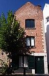 foto van Smal hoekhuis, met hoekblokken en zandstenen deuromlijsting.