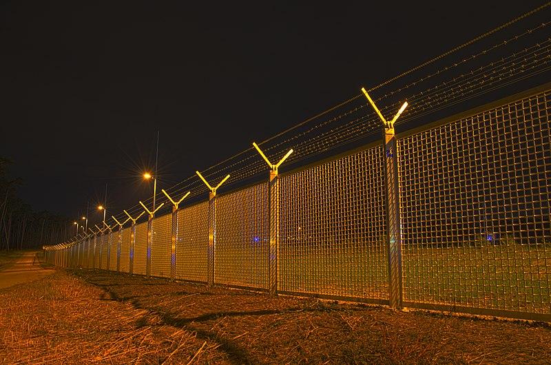 File:Airport Frankfurt - Fraport - Flughafen Frankfurt - barbed wire and fence - Stacheldraht und Zaun - 05.jpg