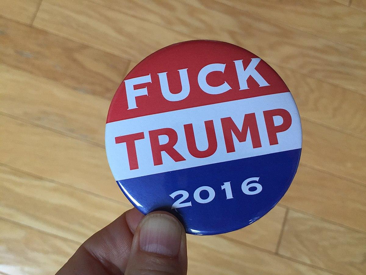 Pin contra la candidatura de Donald Trump como Presidente, en 2016.