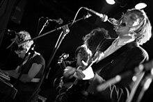 Gli Arcade Fire durante una performance dal vivo nel 2005