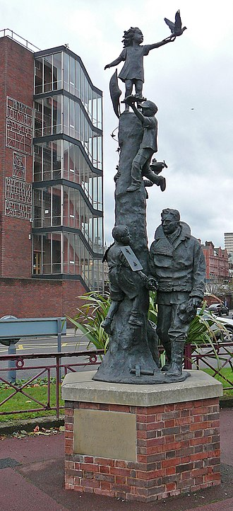 Arthur Louis Aaron - Graham Ibbeson's statue of Aaron in Leeds