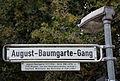 August-Baumgarte-Gang, Straßenschild mit Legendentafel an der Justus-Garten-Brücke über die Ihme in Hannover-Linden-Nord.jpg