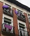 Balcones feministas con paraguas por el 8M de 2021 en el centro de Madrid.jpg