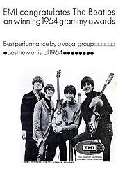 Les quatre Beatles, posant avec leurs instruments, dans une affiche promotionnelle.