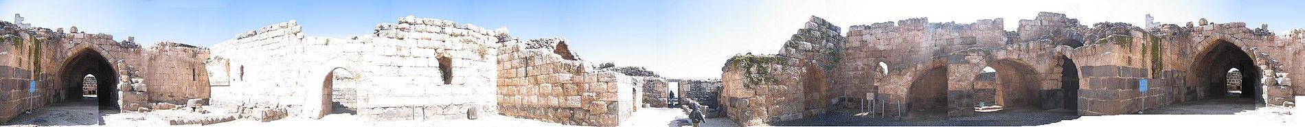 תמונה פנורמית (380°~) של החצר הפנימית. השער שבצידי התמונה הוא שער הכניסה למבצר הפנימי.