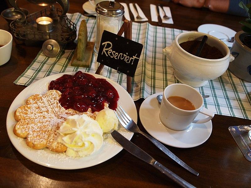 File:Bergisches Kaffeegedeck.jpg