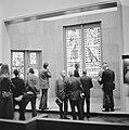 Bezoekers bekijken de kerkramen, Bestanddeelnr 926-8884.jpg