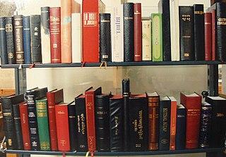 Ein Bücherregal mit Bibeln