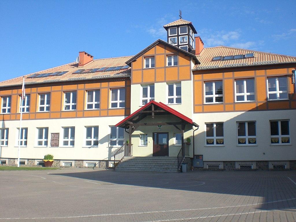 1024px-Borzechowo%2C_school.jpg
