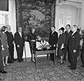 Bundesarchiv B 145 Bild-F015057-0011, Bonn, UN-Kommissar Kados überreicht Schallplatte.jpg