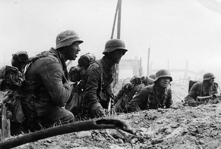 German Infantry in position for an attack Bundesarchiv Bild 146-1971-107-40, Russland, Kampf um Stalingrad, Infanterie.jpg