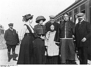 Kung Te-cheng - Kung Te-cheng's father Kong Lingyi and his wife visiting Qingdao in 1910