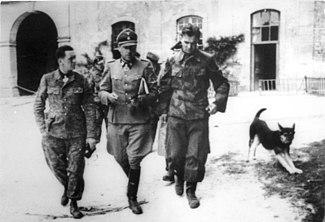 325px Bundesarchiv Bild 146 1989 099 06%2C Frankreich%2C Kurt Meyer%2C Fritz Witt%2C Max W%C3%BCnsche Kurt Meyer.Panzer Meyer, General de las Waffen SS. Jefe de la 12 Pz. Div. Hitlerjugend