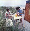Bundesarchiv Bild 183-1988-0706-418, Junge Familie beim Camping auf der Darß.jpg