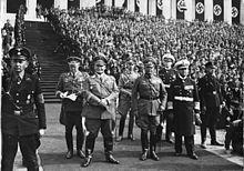 czarno-biała fotografia Hermanna Göringa pośrodku zdjęcia na zjeździe partii nazistowskiej w 1936 r