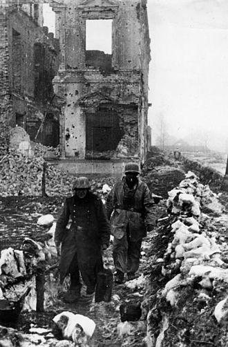 Kholm Pocket - Image: Bundesarchiv Bild 183 B21250, Russland, Cholm, Soldaten vor Hausruinen