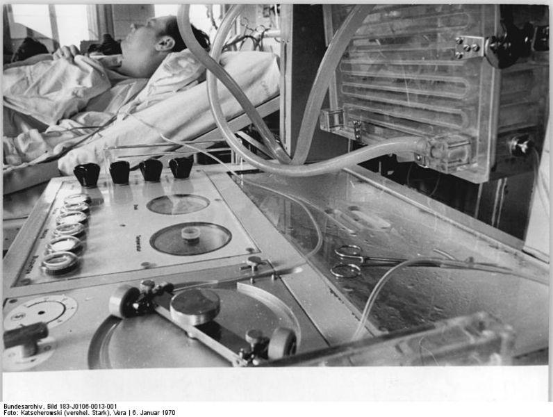 Datei:Bundesarchiv Bild 183-J0106-0013-001, Berlin, Charité, Nierenzentrum, Dialyse.jpg
