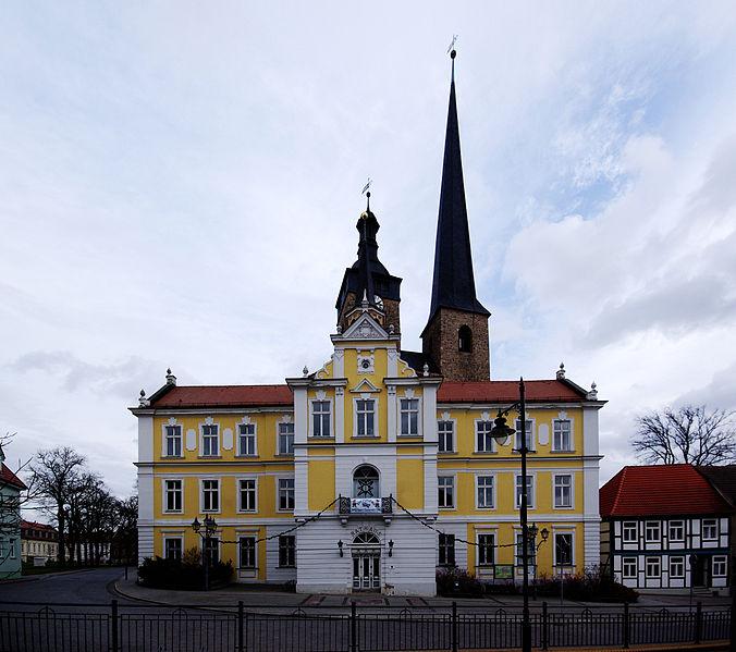 File:Burg Rathaus Kirche.jpg