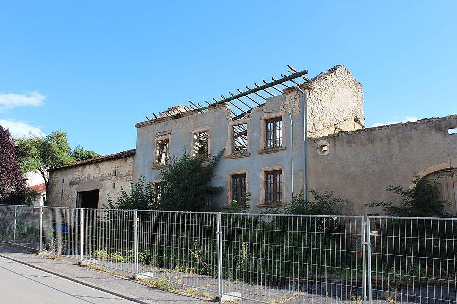Fréiere Baurenhaff (oder wat dovu rescht ass) zu Biermereng, an der rue Auguste Liesch Nummer 16; de 26. Mäerz 2013 op d'Lëscht vum Zousaz-Inventaire vun den nationale Monumenter opgeholl.