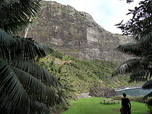 Vista di Little Island ai piedi della parete a strapiombo del Monte Lidgbird