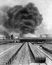 COLLECTIE TROPENMUSEUM Een brandende oliefabriek op Sumatra TMnr 10002008.jpg