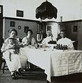 COLLECTIE TROPENMUSEUM Europese gezinnen aan tafel Soerabaja TMnr 60053709.jpg