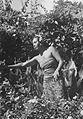 COLLECTIE TROPENMUSEUM Portret van Ni Pollok vrouw van de Belgische schilder Le Mayeur de Merprès in de tuin van hun huis TMnr 10029731.jpg